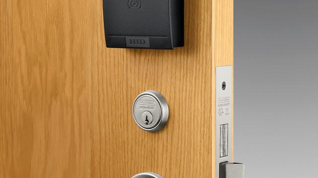 in100-on-wood-door-rgb-35x45_10850023.psd