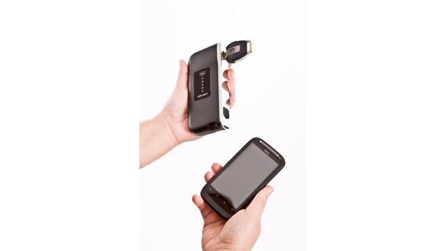 hand-med-mobil-och-uppdaterare_11503463.psd